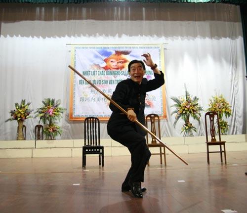 Lục Tiểu Linh Đồng múa gậy giao lưu cùng khán giả - 4
