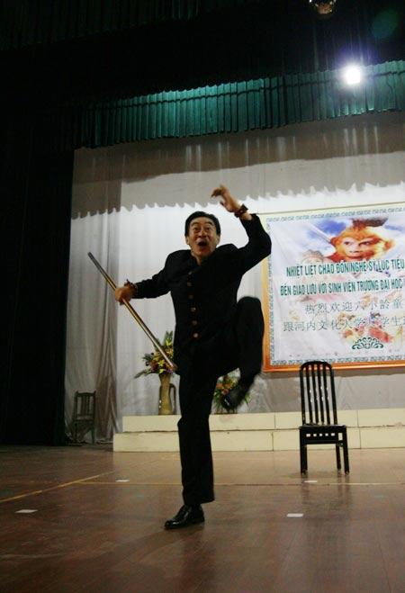 Lục Tiểu Linh Đồng múa gậy giao lưu cùng khán giả - 5