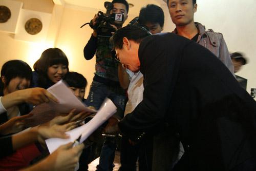 Lục Tiểu Linh Đồng múa gậy giao lưu cùng khán giả - 9
