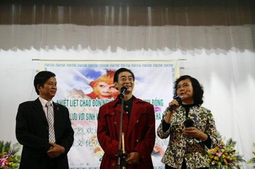 Lục Tiểu Linh Đồng múa gậy giao lưu cùng khán giả - 1
