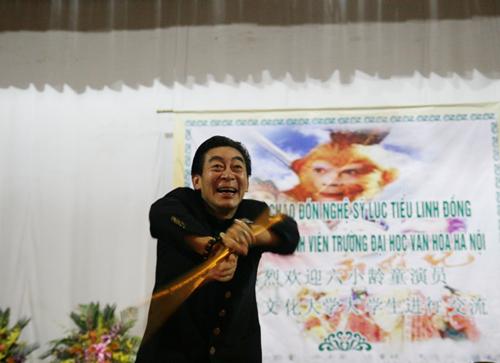 Lục Tiểu Linh Đồng múa gậy giao lưu cùng khán giả - 8