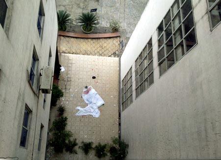 Nam bệnh nhân nhảy lầu từ tầng 5 bệnh viện - 2