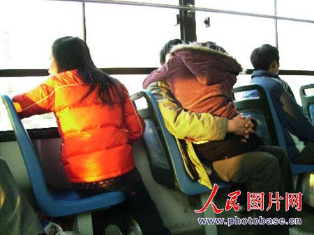 9x sàm sỡ lộ liễu trên xe bus - 2