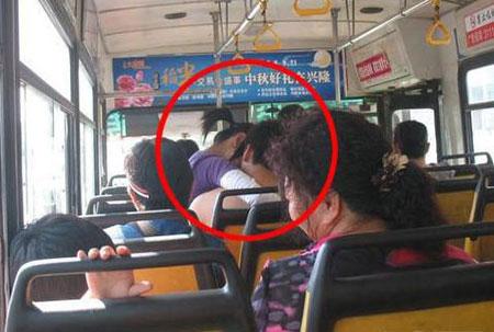 9x sàm sỡ lộ liễu trên xe bus - 3