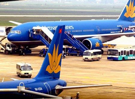 Máy bay Vietnam Airlines va vào ô tô - 1