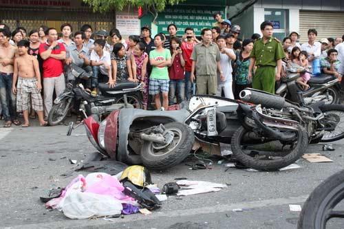 Tai nạn kinh hoàng: 11 xe vỡ nát - 4