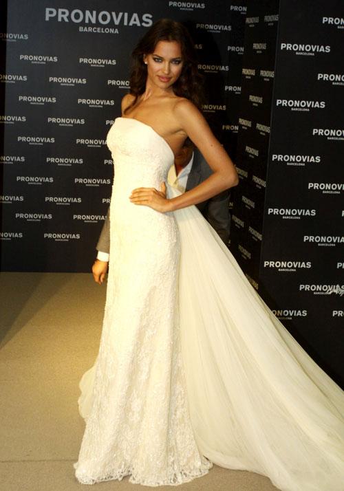 Irina Shayk quyến rũ trong váy cưới - 1