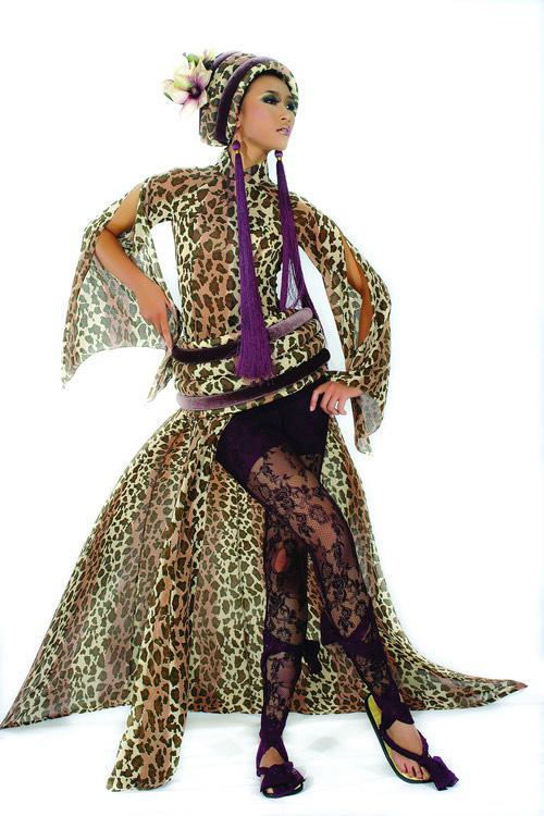 Huyền Trang cá tính cùng áo dài da beo - 1