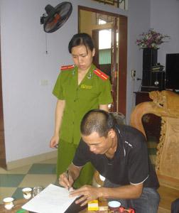Khám xét nhà trùm nợ Phú Xuyên - 2