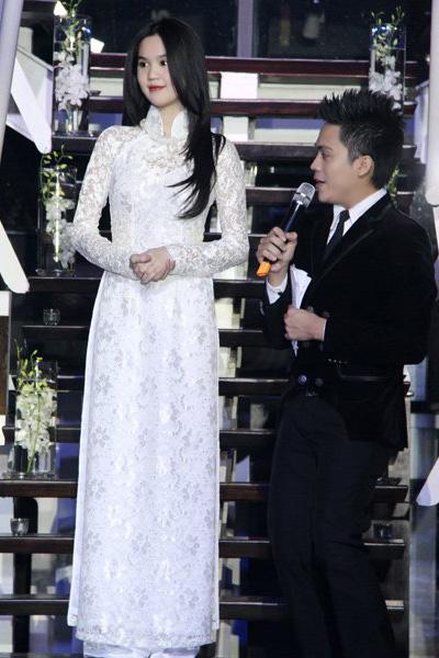 Chiếc áo dài ren trắng tinh khôi của Ngọc Trinh làm lay