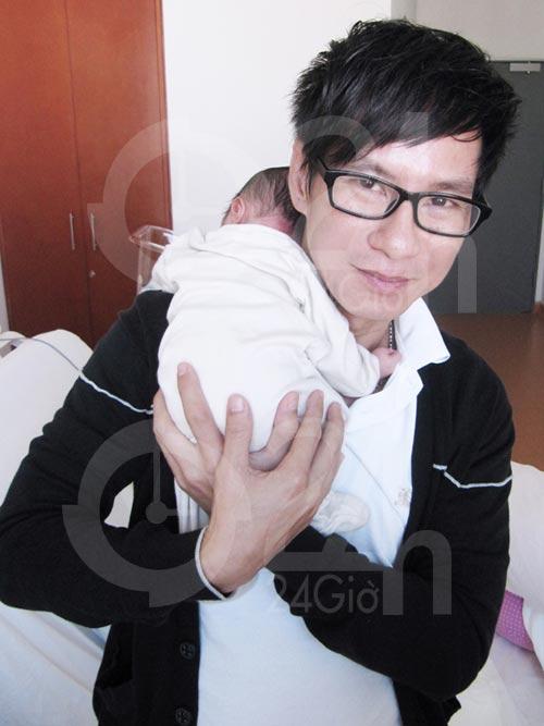 Tin HOT: Lý Hải khoe ảnh con trai mới sinh - 2