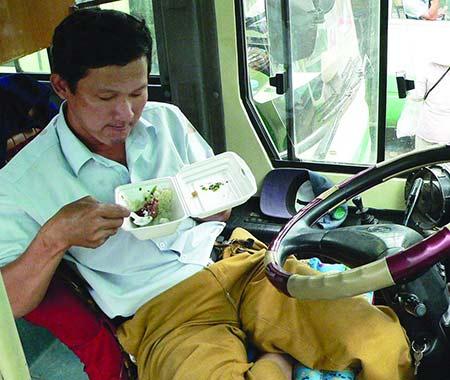 """Lái xe buýt được """"cưng chiều"""" vì... hiếm - 1"""