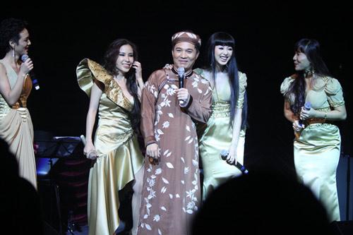 Quang Linh áo the khăn xếp hát accapella - 2