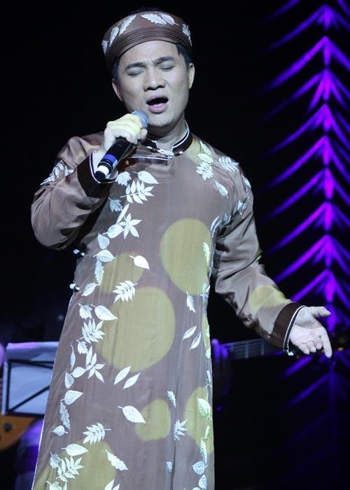 Quang Linh áo the khăn xếp hát accapella - 4