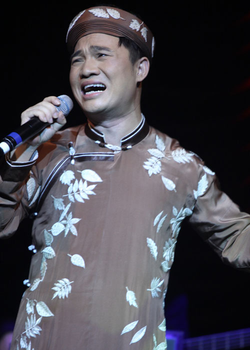 Quang Linh áo the khăn xếp hát accapella - 7