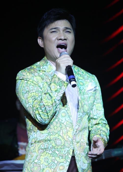 Quang Linh áo the khăn xếp hát accapella - 6