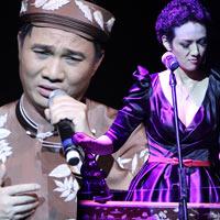 Quang Linh áo the khăn xếp hát accapella