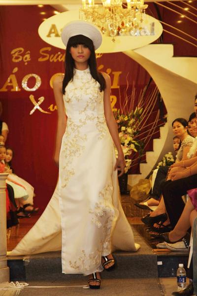 Mẫu áo cưới quyến rũ và đẹp mắt Xuân 2012 - 3