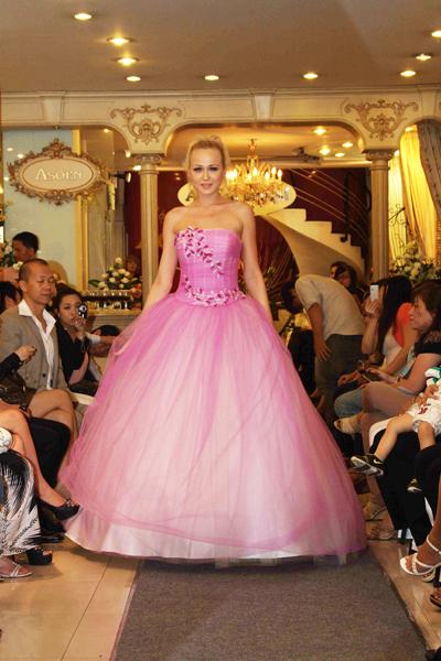 Mẫu áo cưới quyến rũ và đẹp mắt Xuân 2012 - 7