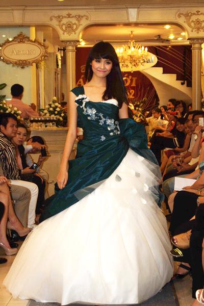 Mẫu áo cưới quyến rũ và đẹp mắt Xuân 2012 - 10