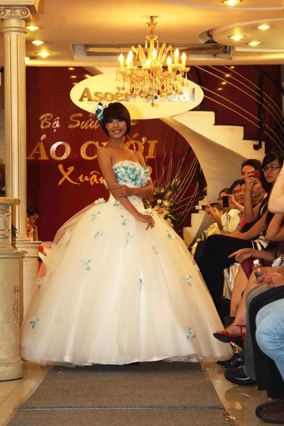 Mẫu áo cưới quyến rũ và đẹp mắt Xuân 2012 - 11