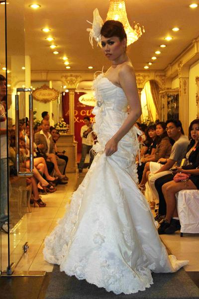 Mẫu áo cưới quyến rũ và đẹp mắt Xuân 2012 - 12