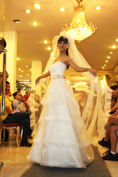 Mẫu áo cưới quyến rũ và đẹp mắt Xuân 2012 - 13