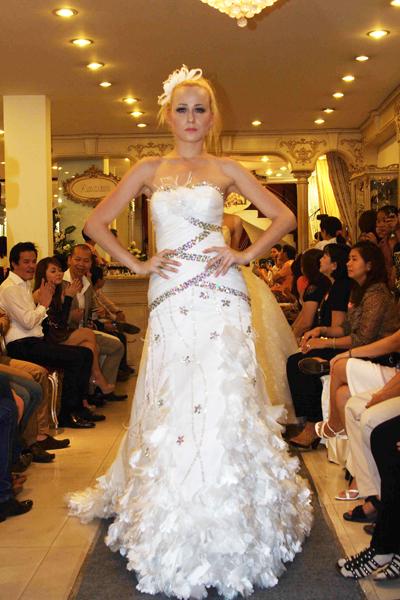 Mẫu áo cưới quyến rũ và đẹp mắt Xuân 2012 - 14