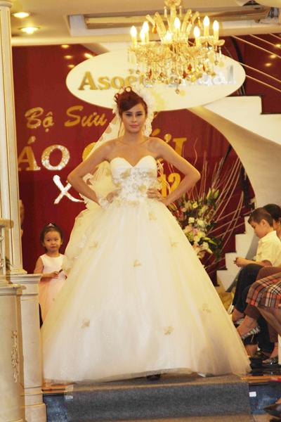 Mẫu áo cưới quyến rũ và đẹp mắt Xuân 2012 - 8