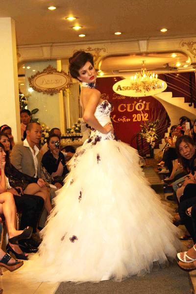 Mẫu áo cưới quyến rũ và đẹp mắt Xuân 2012 - 5