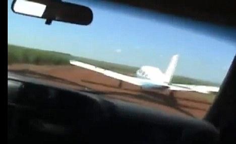 Cảnh sát phóng ô tô đuổi máy bay bắt tội phạm - 1
