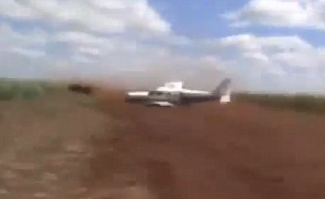 Cảnh sát phóng ô tô đuổi máy bay bắt tội phạm - 2