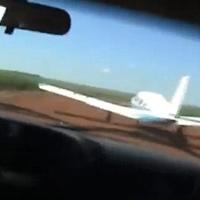 Cảnh sát phóng ô tô đuổi máy bay bắt tội phạm