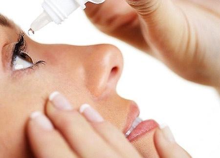 Dùng thuốc nhỏ mắt trong điều trị bệnh viêm kết mạc - 1
