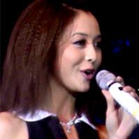 Jenifer Phạm đẹp lạ với tóc bấm gãy
