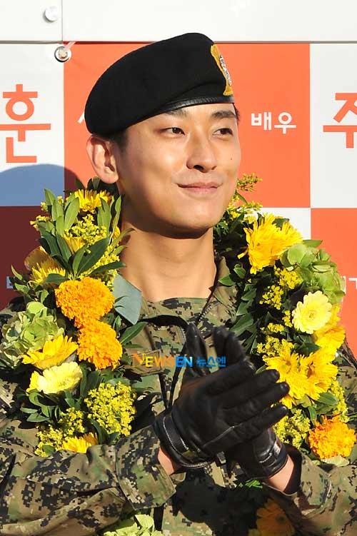 """""""Thái tử"""" Joo Ji Hoon đã xuất ngũ - 5"""