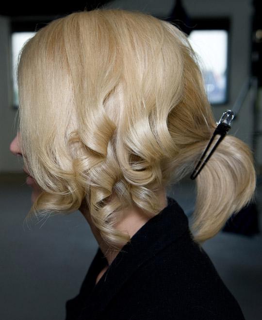 Tạo kiểu tóc búi và xoăn lọn quyến rũ - 4