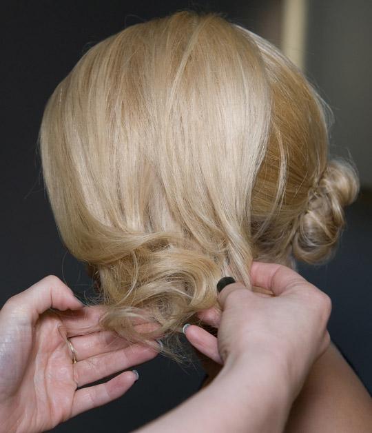 Tạo kiểu tóc búi và xoăn lọn quyến rũ - 7