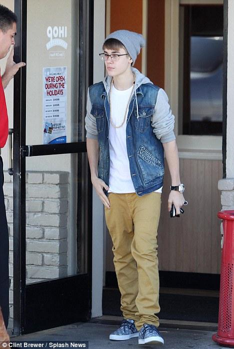 Justin Bieber khoe quần chíp... kỳ quặc - 1