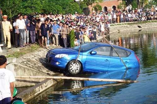 Ôtô lao xuống hồ, nạn nhân từ chối giải cứu - 1