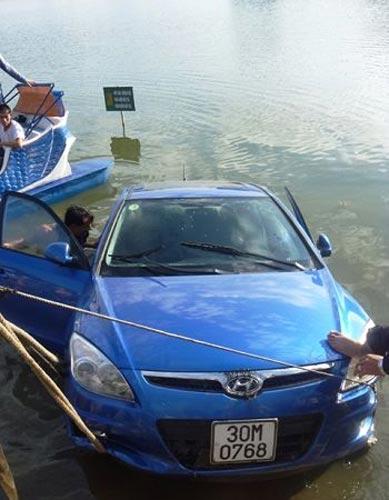 Ôtô lao xuống hồ, nạn nhân từ chối giải cứu - 2