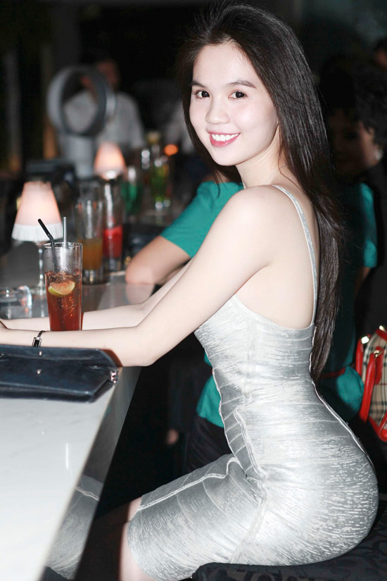 """Ngọc Trinh tăng độ """"hot"""" bằng váy bó - 5"""