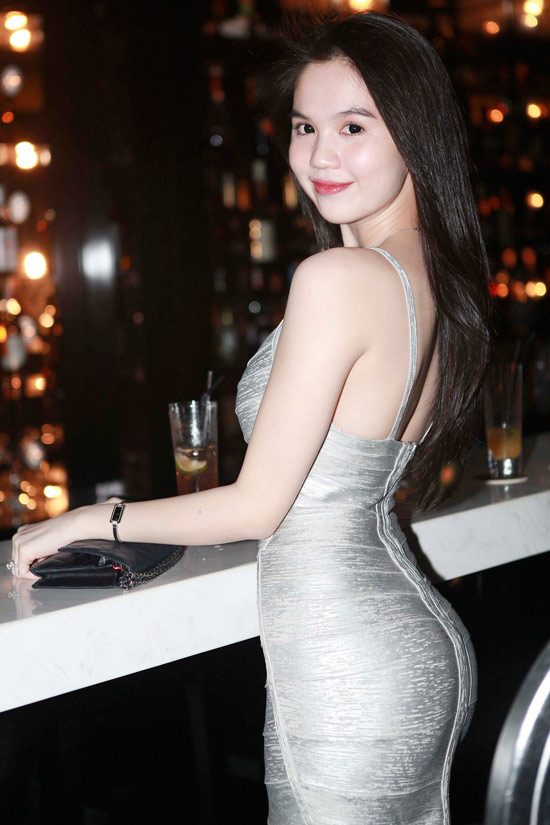 """Ngọc Trinh tăng độ """"hot"""" bằng váy bó - 1"""