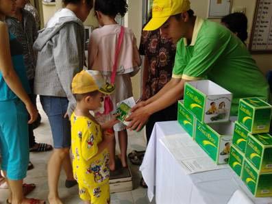 Hưởng ứng ngày toàn quốc cho trẻ đi uống vitamin A - 1