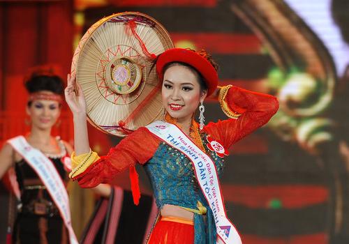 Rực rỡ sắc màu trang phục dân tộc Việt - 8