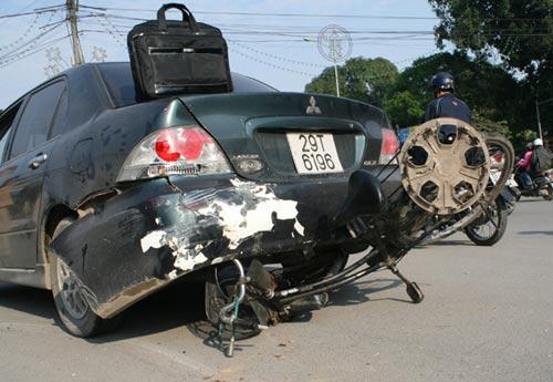 """Ông già 60 tuổi lái """"xe điên"""" gây tai nạn - 1"""