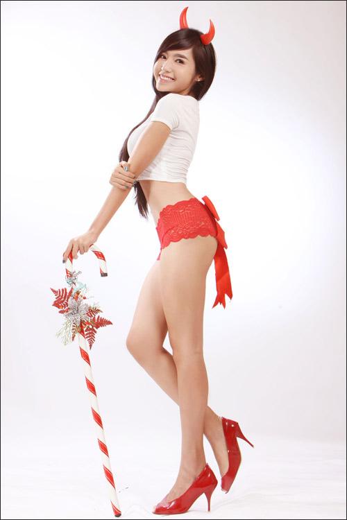 """Elly Trần nóng bỏng """"chíp"""" đỏ đón Noel - 8"""