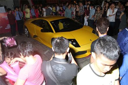 Cường đôla đi siêu xe xem liveshow Hà Hồ - 2