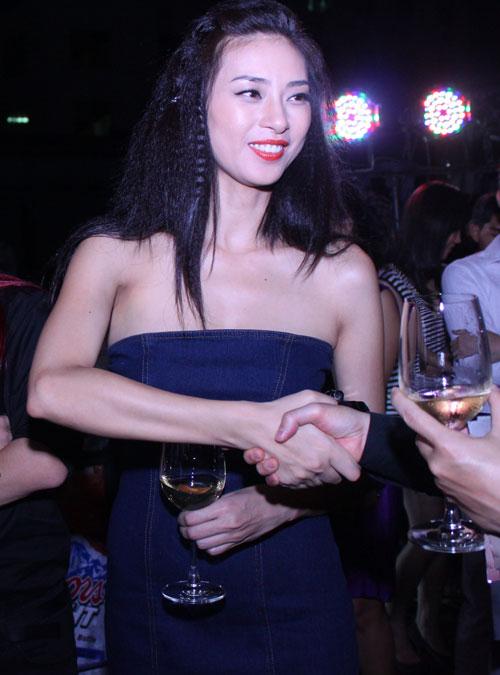Giám khảo Nam Trung lại mặc váy - 6