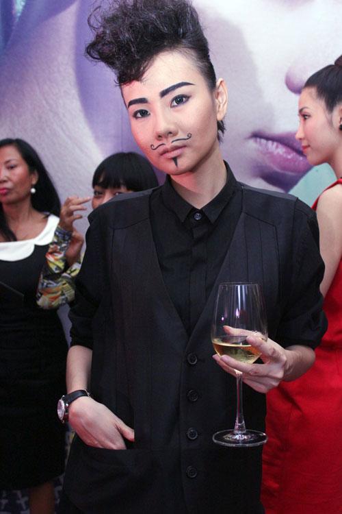 Giám khảo Nam Trung lại mặc váy - 4